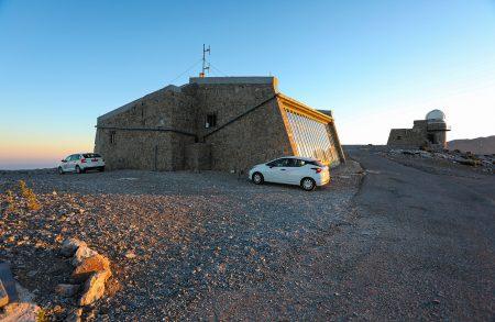 Správní budova, budova 0,3m dalekohledu, moje auto a vůz místních astronomů