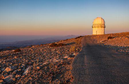 Kopule 1,3m dalekohledu září v posledních slunečních paprscích jako maják, vlevo v údolí hlavní město Kréty – Heraklion. Kupodivu v noci téměř neruší svým osvětlením