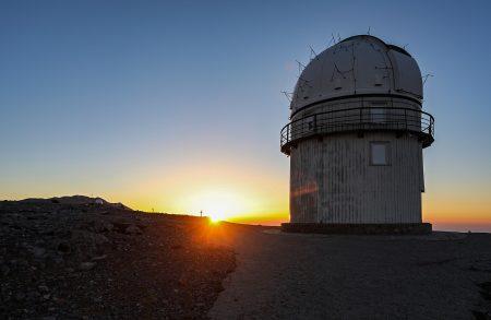 Temperování 1,3m dalekohledu v otevřené kopuli, v přízemí se pozdravím s dvojicí místních astronomů a požádám o svolení udělat si tu pár fotek, více je od příprav na pozorování nezdržuji