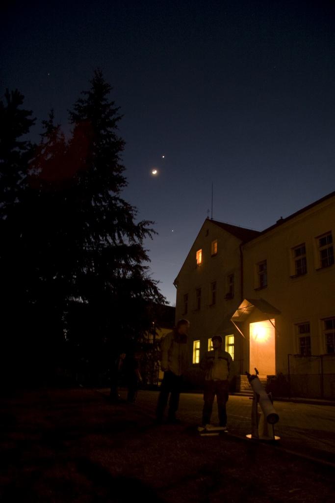 seskupení Jupiteru dole, Měsíce a Venuše na večerním nebi