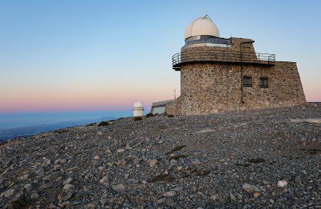 Kopule 0,3m dalekohledu, v pozadí kopule 1,3m teleskopu od západu