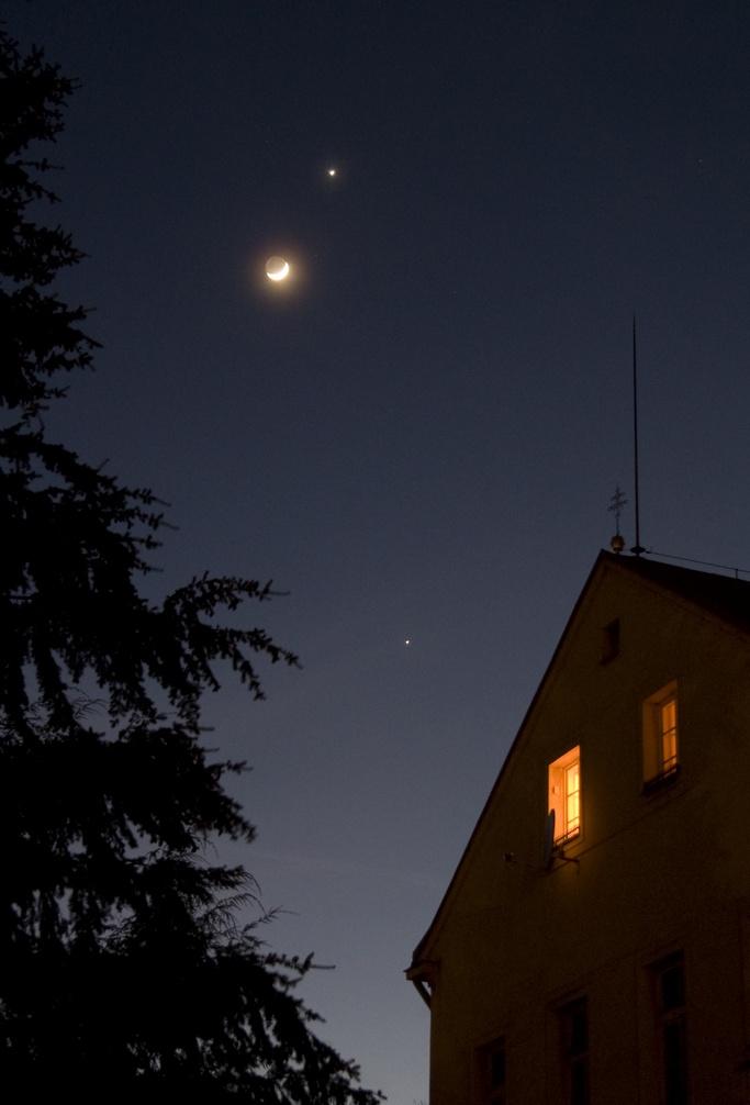 Venuše a Měsíc, dole Jupiter