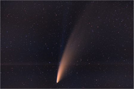 C/2020 F3 (NEOWISE) 12. 7. 2020 kolem třetí ráno, Ralsko, Pentax K-70, Samyang 85 mm T1. 5 JAKO UMC, interní GPS Astrotracer ON, 60 x10sec, ISO 800. Roman Hujer