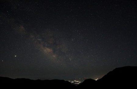 Pohled směrem k jihu za ne ještě úplné tmy, nicméně mléčná dráha parádní, Štír a Střelec vysoko nad obzorem. Poprvé vidím Omegu Centauri v něčem větším než v triedru – boží. Nicméně pocitově se mi obloha loni na Kosu zdála trochu tmavší, ale možná to bylo tím, že tam nebyla vůbec žádná světla a tady přece jenom na horizontu svítí pár vesniček.
