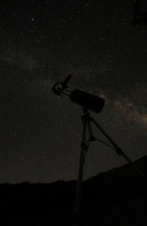 Přeci jenom je zde vítr stále dost silný a v nárazech se markantně opírá do dalekohledu, tak sjíždím ještě kousek níž – ke kostelíku Agios Fanourios (1 500 m n. m.), kde je pěkná krytá plošina, obzor je zde trochu vyšší, ale to vůbec nevadí, hlavně že nefouká…