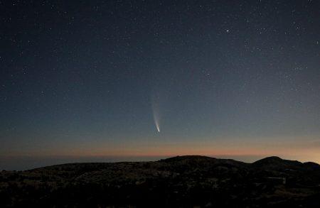Kometa je úžasná, prachový ohon pouhým okem dosahuje délky přes 10°, v triedru je vidět i iontový ohon