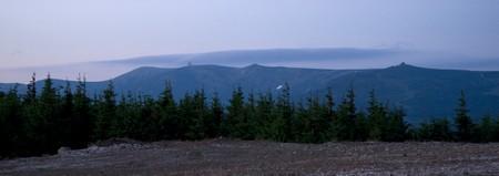Pohled na Krkonoše s oblaky nad vrcholky