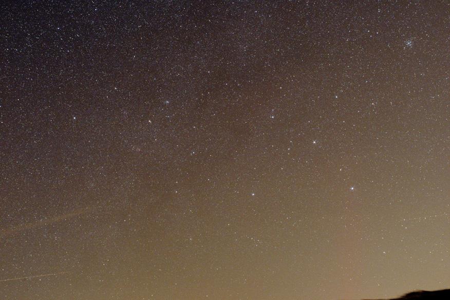 záběr oblohy nad jhem s pravami pomocí křivek