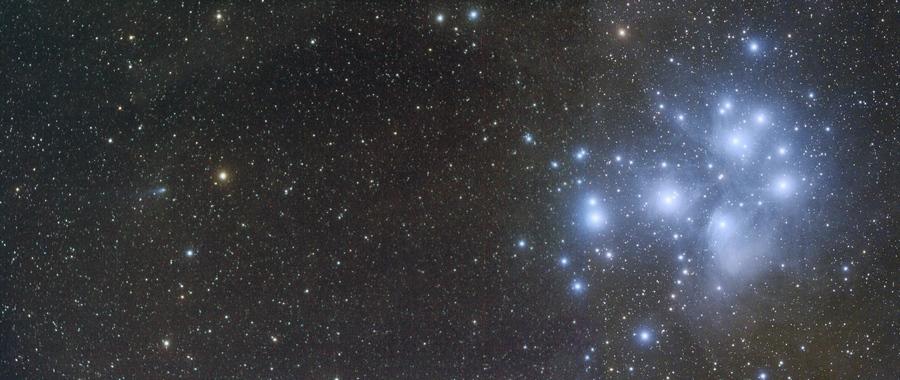 Kometa R2 a Plejády
