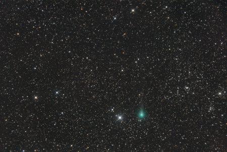 Kometa C/2019 Y1 (ATLAS) 15. 4. 2020, kolem 22:15 SELČ, 20×1min, ISO6400, Canon 6D, Orion CT8 + Paracorr, f/1005 mm, složeno na hvězdy, centrální koma a kus ohonu proloženo ze snímku na kometu