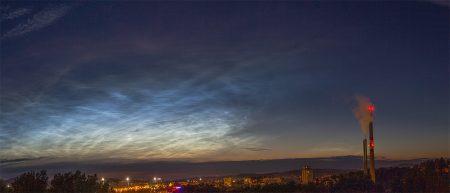 Velmi jasná noční svítící oblaka nad severozápadním obzorem. Canon EOS 550D + 18-135mm objektiv. Čas snímku 22:52 SELČ.
