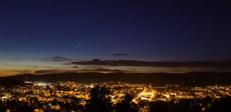 Kometa z vyhlídky Petřín v Jablonci nad Nisou 12. 7. 2020 ve 22:10 SELČ. Canon 6D, Sigma Art 35 mm. Martin Gembec