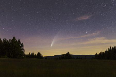 Kometa 13. 7. v 1:40 SELČ v Jizerských horách pod rozhlednou Královka. Expozice 30 sekund, ISO800, Canon 6D, Sigma Art 2/35 mm