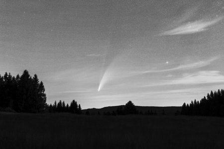 Iontový ohon až k okraji fotografie