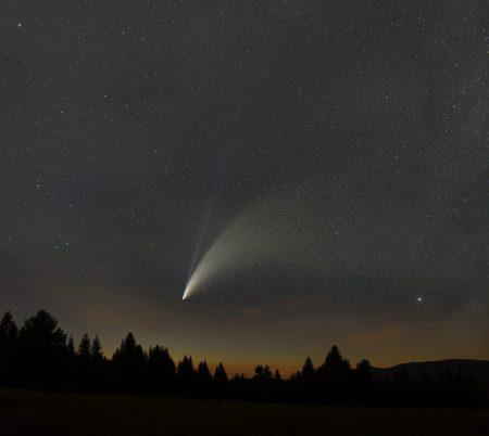 Snímky složené na kometu složené se snímkem krajiny vyfoceným krátce před touto sadou expozic