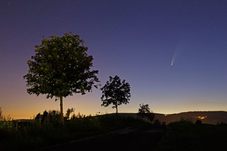 Kometa 17. 7. z kopce Draha nad Radčicemi, 20 s, ISO400, Canon 6D, Sigma Art 2/35 mm.