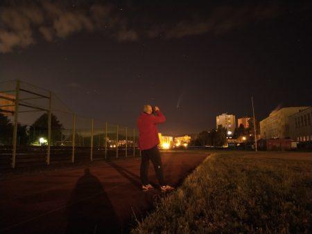 Aleš pozoruje kometu o půlnoci na 17. července ze hřiště ve Mšeně na sídlišti v Jablonci nad Nisou