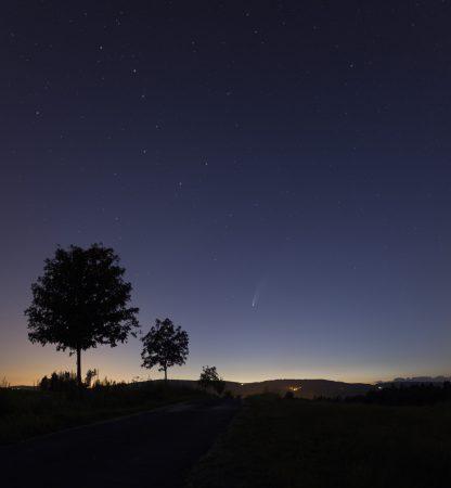 Kometa 17. 7. 2020 ve 23:10 SELČ, panorama s Velkou medvědicí a Malým medvědem, tedy s oběma nebeskými vozy.