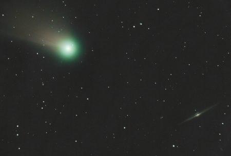 Kometa C/2020 F3 (NEOWISE) a galaxie NGC4565. 1. 8. 2020 kolem 23 SELČ, 18×60s, ISO1600, Canon 6D, Orion CT8 (200/900 s Paracorrem f1000). Ořez pro vinětaci (stále mi chybí vhodná redukce M48/Canon).