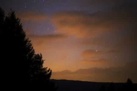 Snímek 135mm objektivem krátce poté, co se kometa poprvé objevila mezi mraky. 20. 5. 2020 ve 2:11 SELČ, 20s, ISO1600, f5,6, Canon 6D.