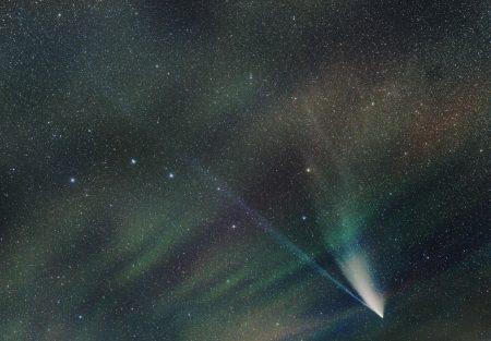 Kometa C/2020 F3 (NEOWISE) s airglow a Velkým vozem 22. 7. 2020, 0:40-0:55 SELČ. Složeno 20×60s, ISO1600, Canon 6D, Sigma Art 2/35 mm.