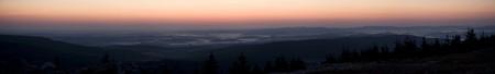 Panorama krajiny s kopci a mlhami
