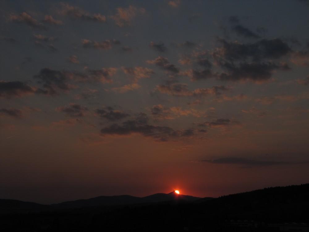Západ Slunce 21.4.2011 za ještědským hřebenem.