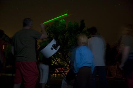 Aleš ukazuje laserem