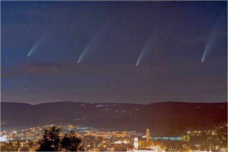 Jablonecké panorama s kometou C/2020 F3 (NEOWISE), 12. 7. 2020 23:50 až 01:20 odstup mezi snímky komety cca 30 minut, Pentax K-70, Samyang 85mm T1.5 AS IF UMC
