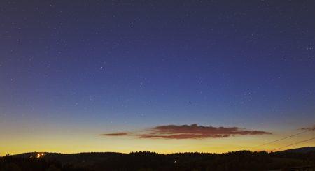 Obzor se zbytky oblak a kometou F8 SWAN, označenou šipkou.