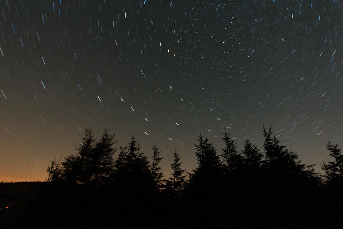otáčení hvězd kolem Polárky
