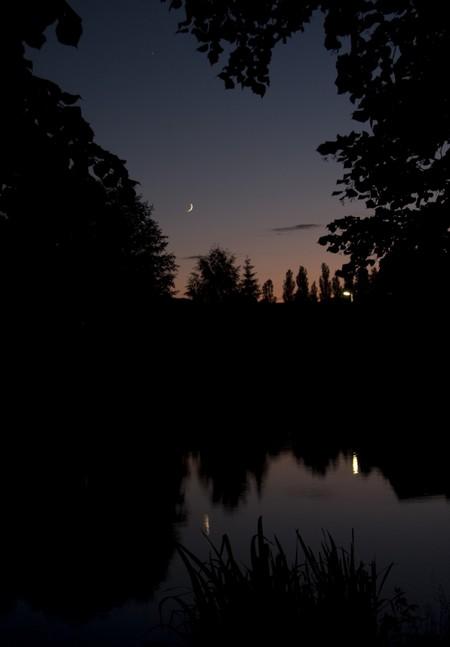 Měsíc a Jpiter nad rybníkem v Úštěku