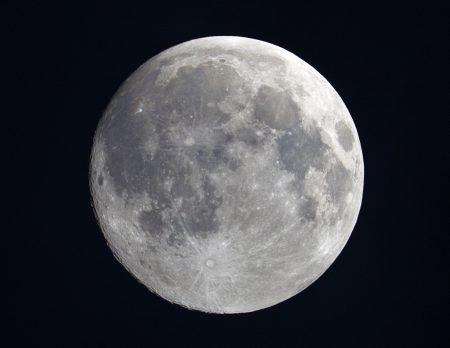 Samotný Měsíc - rychlocvak Canonem 6D v ohnisku 500 mm