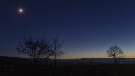 Měsíc a konjunkce Jupiteru se Saturnem od Horní Řasnice na Frýdlantsku v 17:10 SEČ.