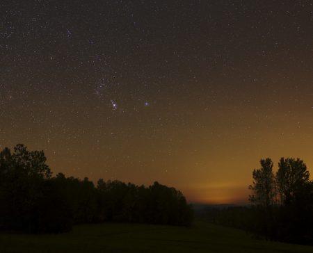 Orion u Jílového poblíž Držkova na Železnobrodsku. Na snímku je dole v Zajíci patrná i kometa M3 ATLAS.