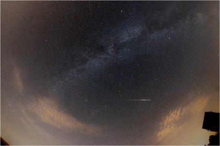 Snímek jasné Perseidy od Romana Hujera 13. 8. 2020 v 00:19 SELČ, Alšovice, Pentax K-70, SAMYANG 8 mm FISH-EYE CS II, 1x30 sec F5.6 ISO800