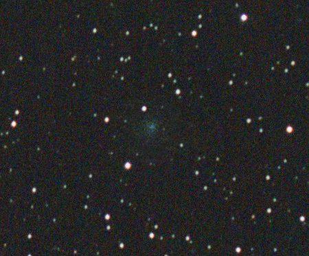 Kometa ve výřezu, snímek na hvězdy, vložena kometa ze snímků složených na kometu.