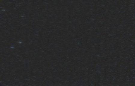 Pokus o složení na kometu. Na jednotlivých snímcích není skoro vůbec vidět, takže se těžko trekuje její jádro.