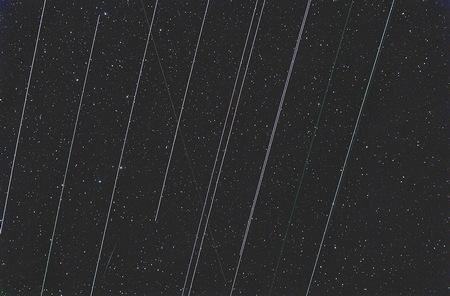 Při skládání jsem použil Sigma-clip ořezání, přesto se mi nepodařilo stopy Starlinků zcela odstranit. Takto to vypadalo při složení Average. Jsou situace, kdy se prostě nedá počkat, až laskavě přeletí, protože svítání je neúprosné a výška komety malá. Pěkně děkujeme pane Musk.
