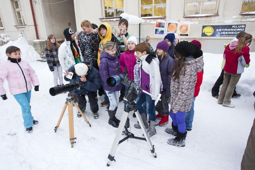 Děti z druhé třídy pozorují dalekohledem