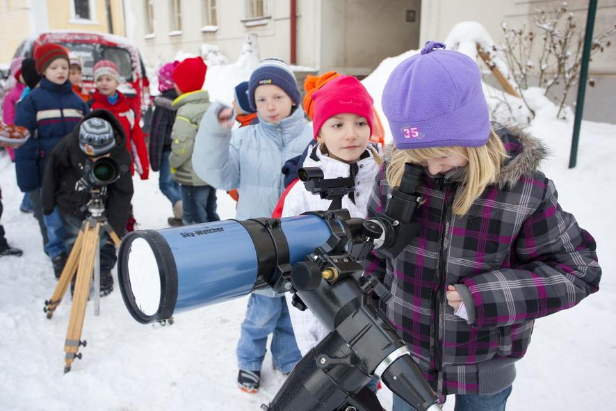 Druháci koukají do dalekohledů