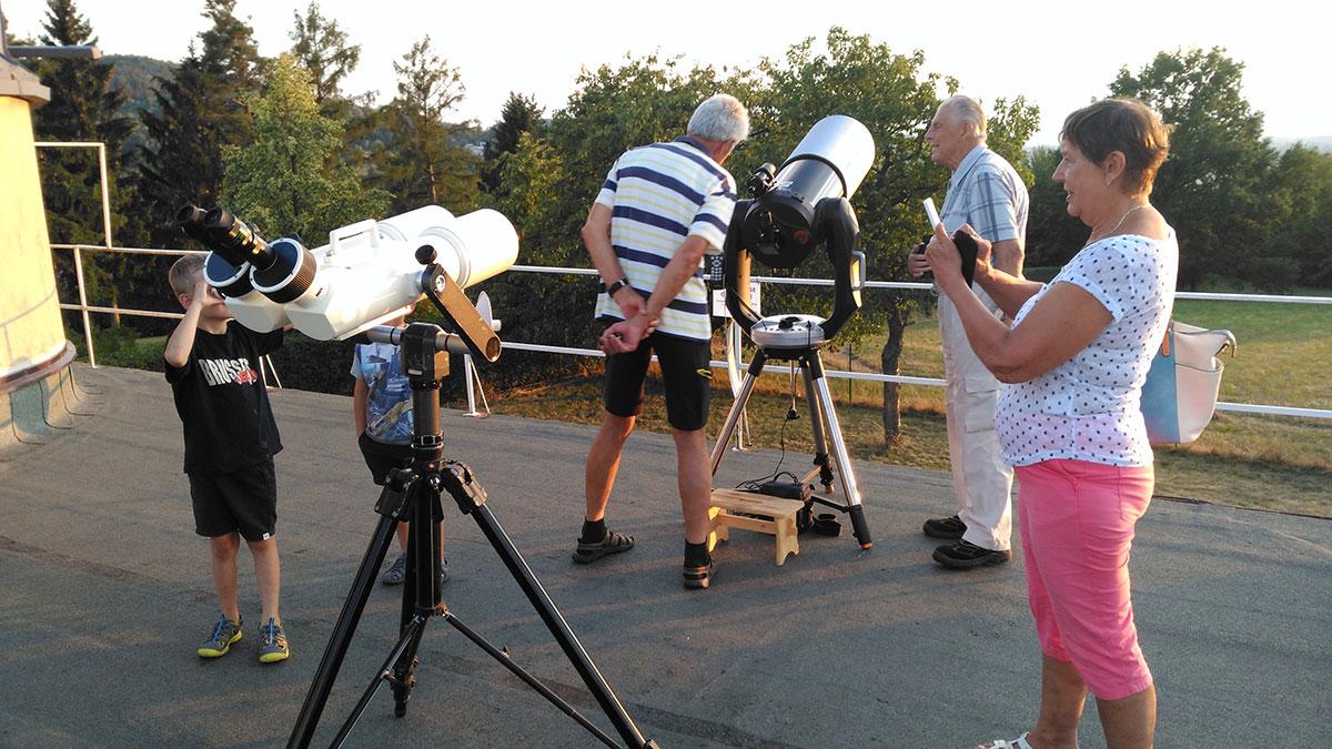 Instalace dalekohledů na terase