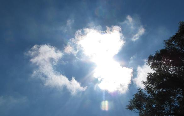 Oblak těsně po přeletu. V díře viditelné vlevo bylo Slunce během přeletu.