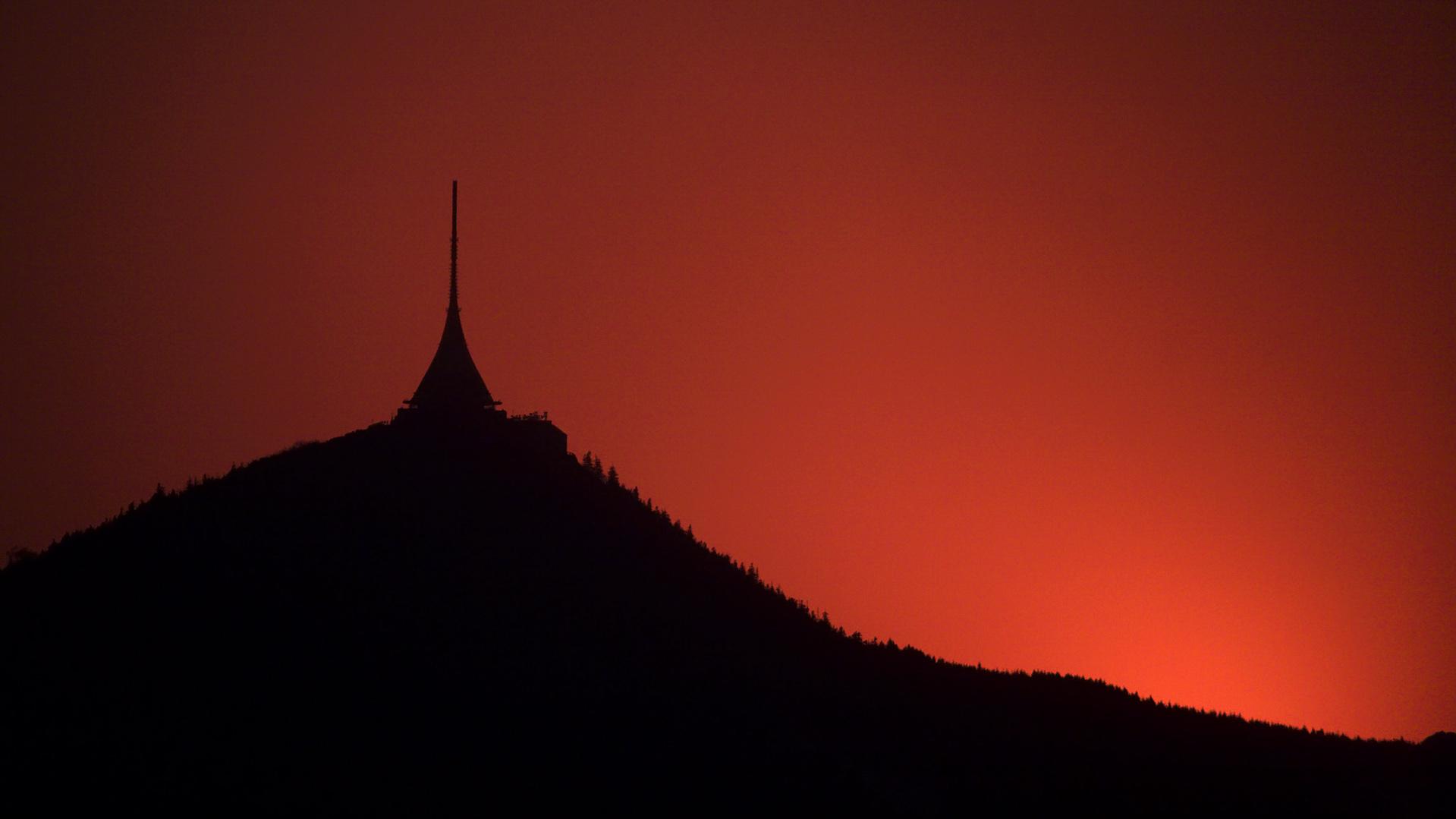 Ještěd přes dalekohled po západu Slunce