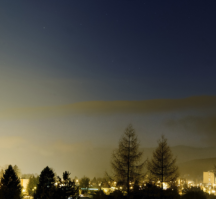 kometa 1. dubna nad městem
