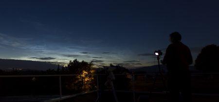 Panorama z terasy hvězdárny. Vpravo Venuše, vlevo v NLC kometa, nad tím Capella ve Vozkovi