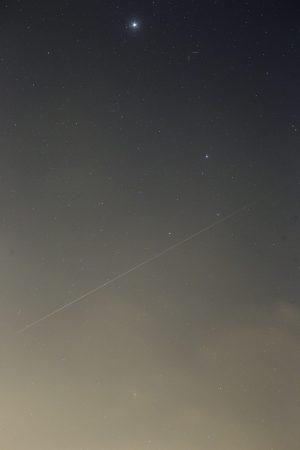Náhled snímku meteoru s typicky zeleným začátkem stopy a načervenalým koncem, který se krásně vešel do zorného pole 135mm Sigmy na Canonu 6D. Perseida padla 11. 8. ve 22:50 SELČ. Kometu F3 NEOWISE dole jako zelený obláček v oparu jistě vidíte sami. Polohu komet T2 a U6 jsem naznačil čárkami a uvidíme, zda půjdou vytáhnout skládáním expozic.