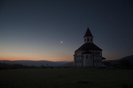 Cestou domů, kostelík, Venuše a Měsíc