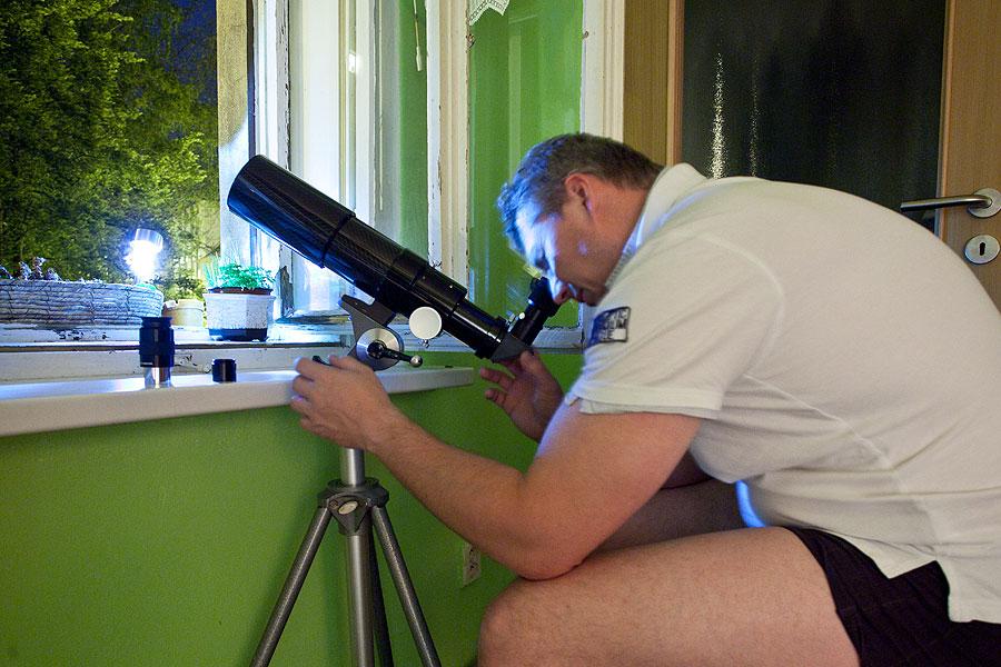 Aleš pozoruje z okna kuchyně
