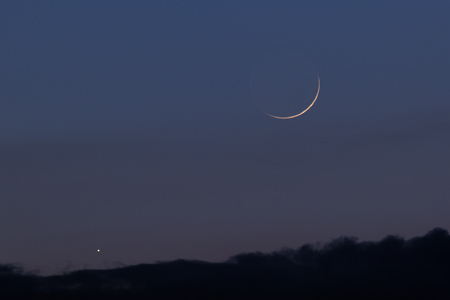 Měsíc a Jupiter těsně nad mraky